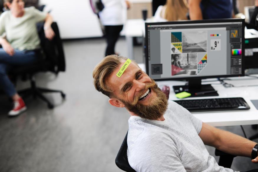 Zdjęcie szczęśliwego człowieka z brodą