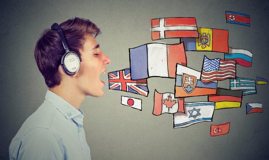 osoba z flagami różnych państw