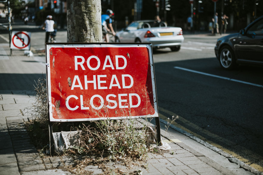znak informujący o zamknięciu ulicy