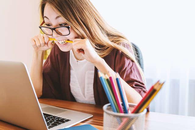 sfrustrowana kobieta przed ekranem komputera