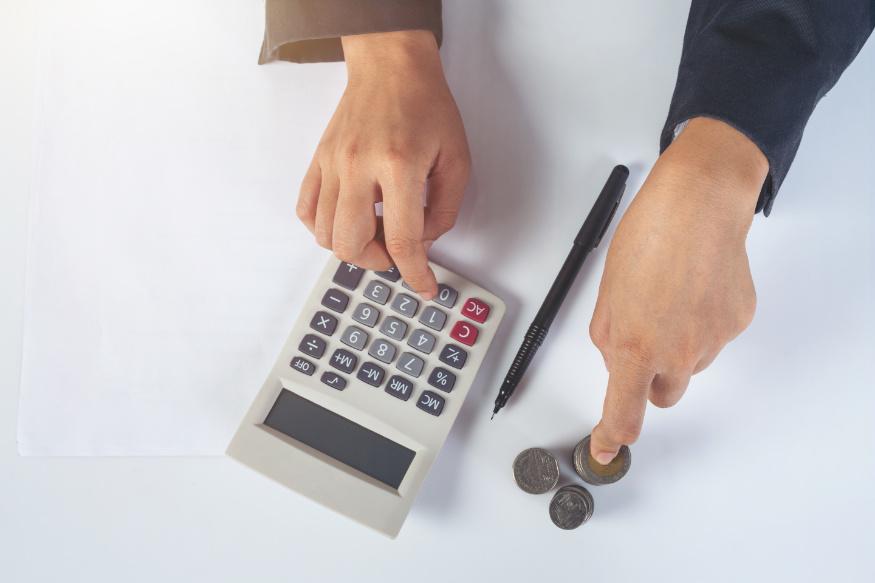 kobieta korzystająca z kalkulatora